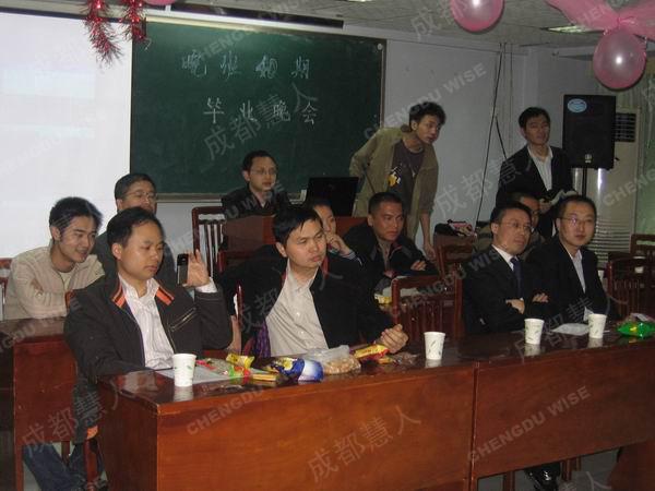 多家房产公司来我校参加学员的毕业活动